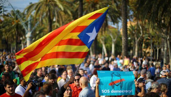 Участники демонстрации за независимость Каталонии на улицах Барселоны - Sputnik Грузия