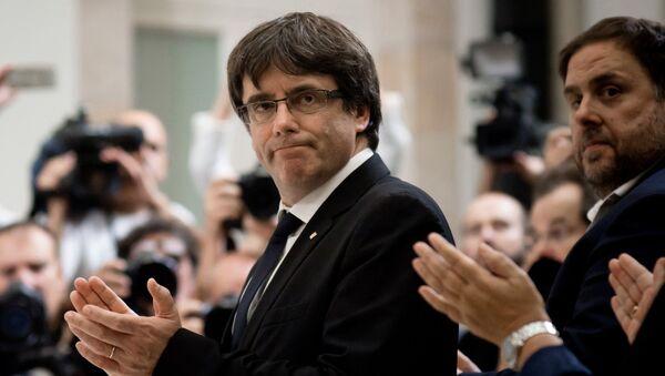 Глава правительства Каталонии Карлес Пучдемон во время церемонии подписания декларации о независимости Каталонии в зале пленарных заседаний каталонского парламента - Sputnik Грузия