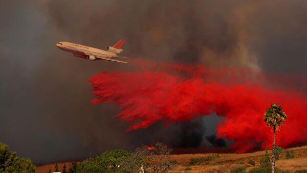 სახანძრო თვითმფრინავი DC-10 ხანძრის ჩასაქრობად ტონობით წყალს ასხამს კალიფორნიის ტყეში - Sputnik საქართველო
