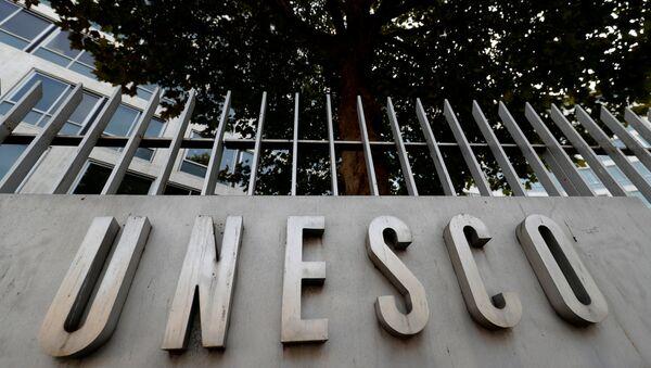 Лого ЮНЕСКО перед штаб-квартирой организации в Париже - Sputnik Грузия