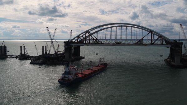 Первое судно прошло под обеими арками Крымского моста - Sputnik Грузия