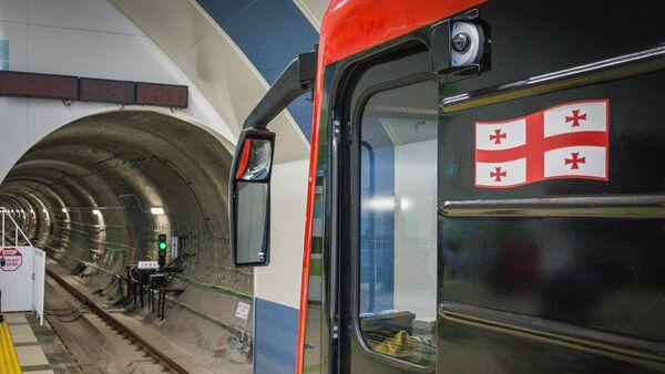 Вагон поезда метро Тбилиси на станции Государственный университет - Sputnik Грузия