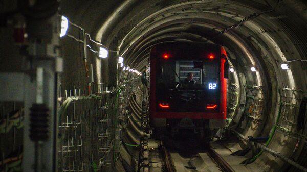Вагон поезда метро Тбилиси в тоннеле - Sputnik Грузия