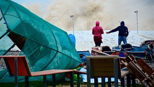 Туристы на берегу Черного моря во время шторма - Sputnik Грузия