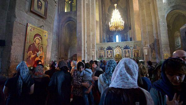Верующие в храме Светицховели - Sputnik Грузия