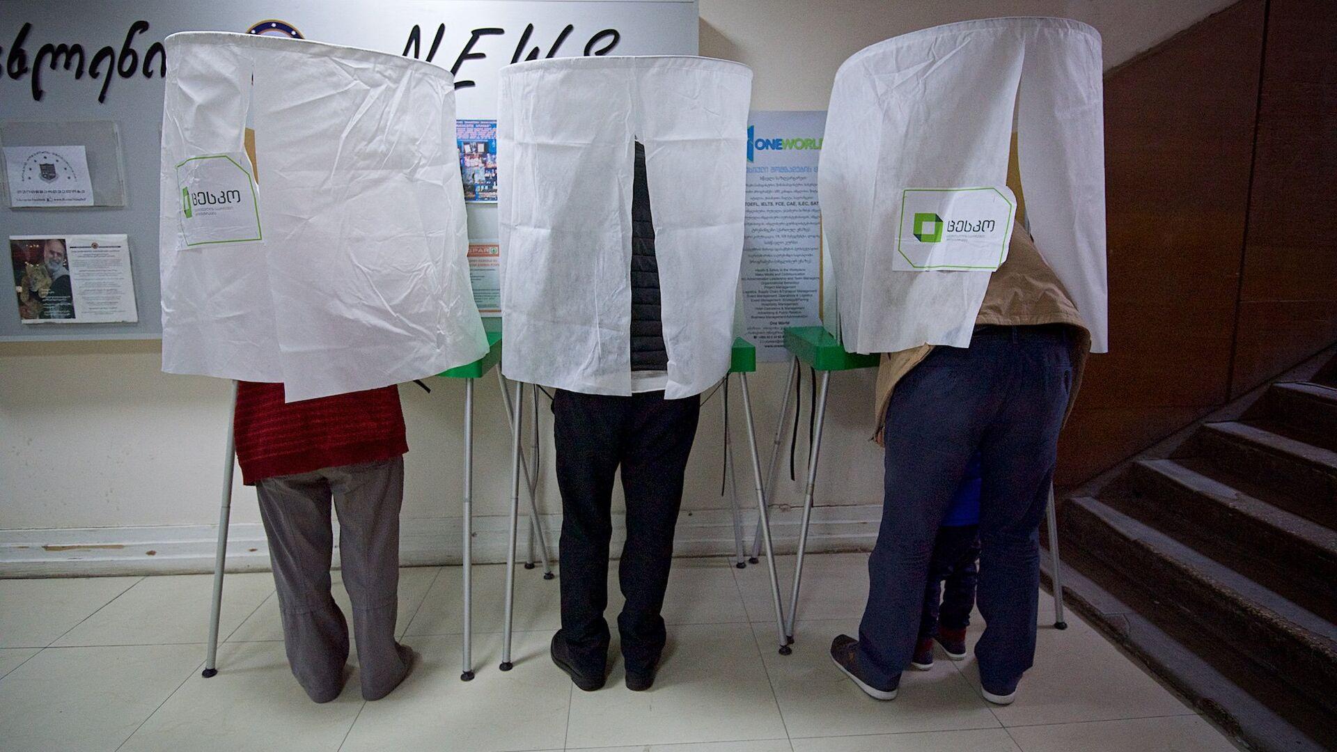 Избиратели принимают участие в процессе голосования - Sputnik Грузия, 1920, 20.09.2021