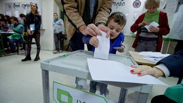 Избиратели принимают участие в процессе голосования - Sputnik Грузия