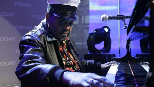 Легенда музыки Фэтс Домино выступает в ходе телевизионного шоу в Нью-Йорке, фото сделано 9 ноября 2007 года - Sputnik Грузия