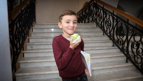 Школьник с яблоком - Sputnik Грузия