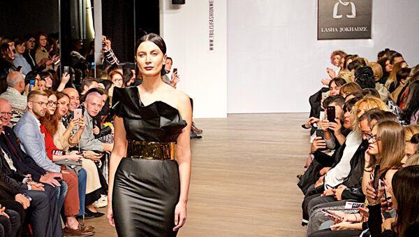 Показ новой коллекции дизайнера Лаши Джохадзе. Одно из новых платьев представляет Тако Чхеидзе - Sputnik Грузия
