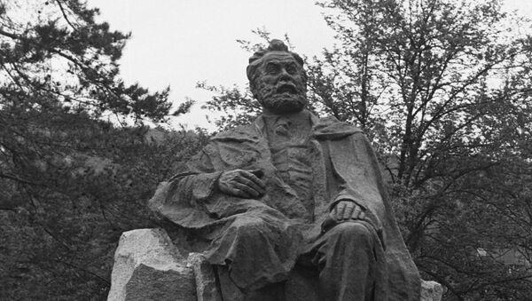 Памятник грузинскому поэту Акакию Церетели в городе Сачхере - Sputnik Грузия