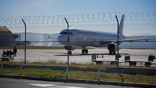 Самолет на взлетно-посадочной полосе в тбилисском аэропорту - Sputnik Грузия