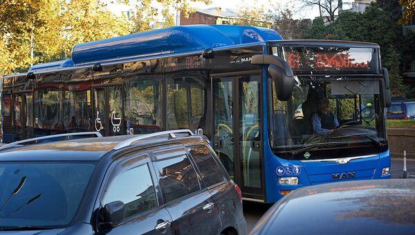 ახალი ლურჯი ავტობუსი თბილისის ქუჩაზე - Sputnik საქართველო
