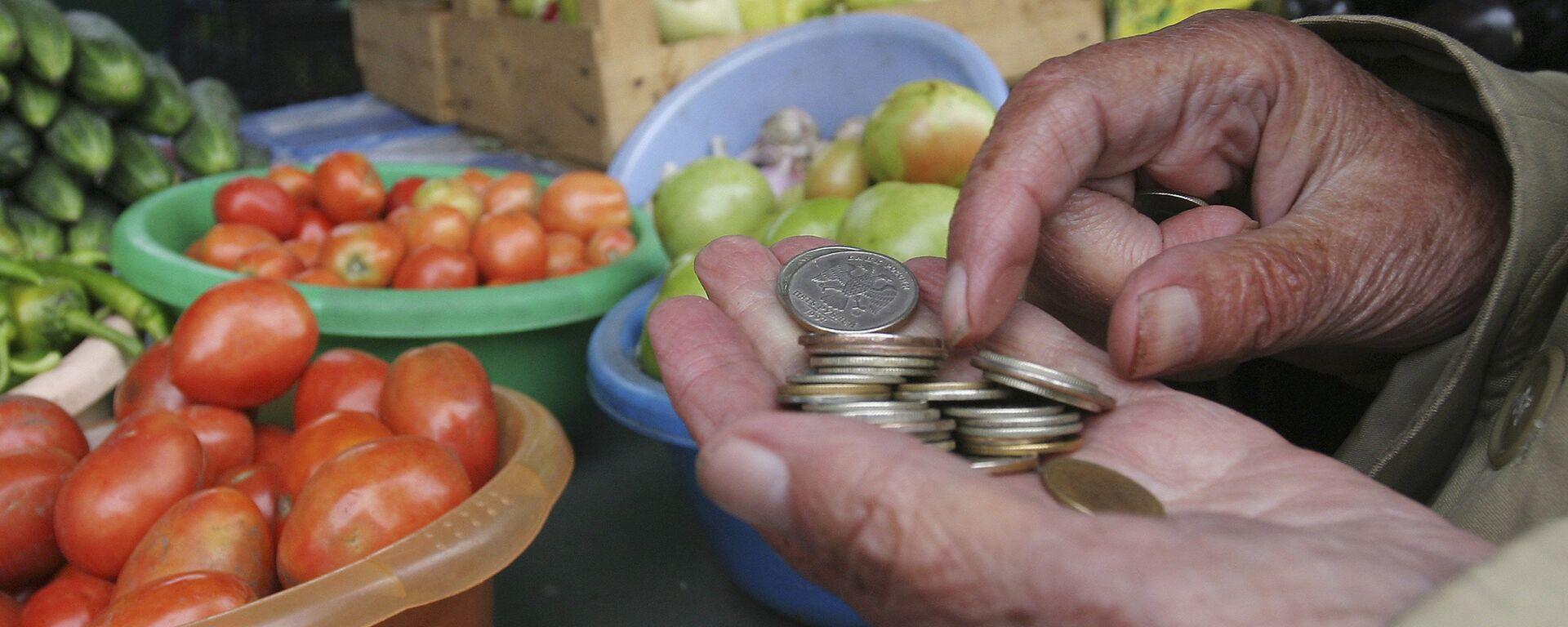 Пожилые люди покупают продукты на рынке - Sputnik Грузия, 1920, 19.09.2019