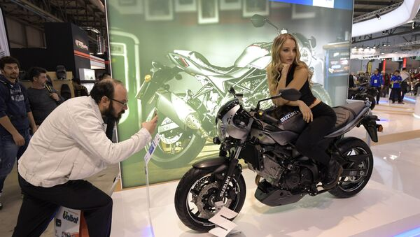 მამაკაცი ფოტოს უღებს მოდელს, რომელიც წარმოადგენს ახალ მოტოციკლს Suzuki SV650X ABS - Sputnik საქართველო