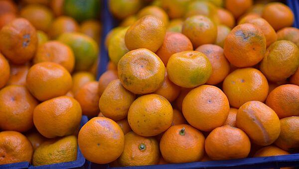 Мандарины на прилавке уличного магазина - торговля фруктами - Sputnik Грузия
