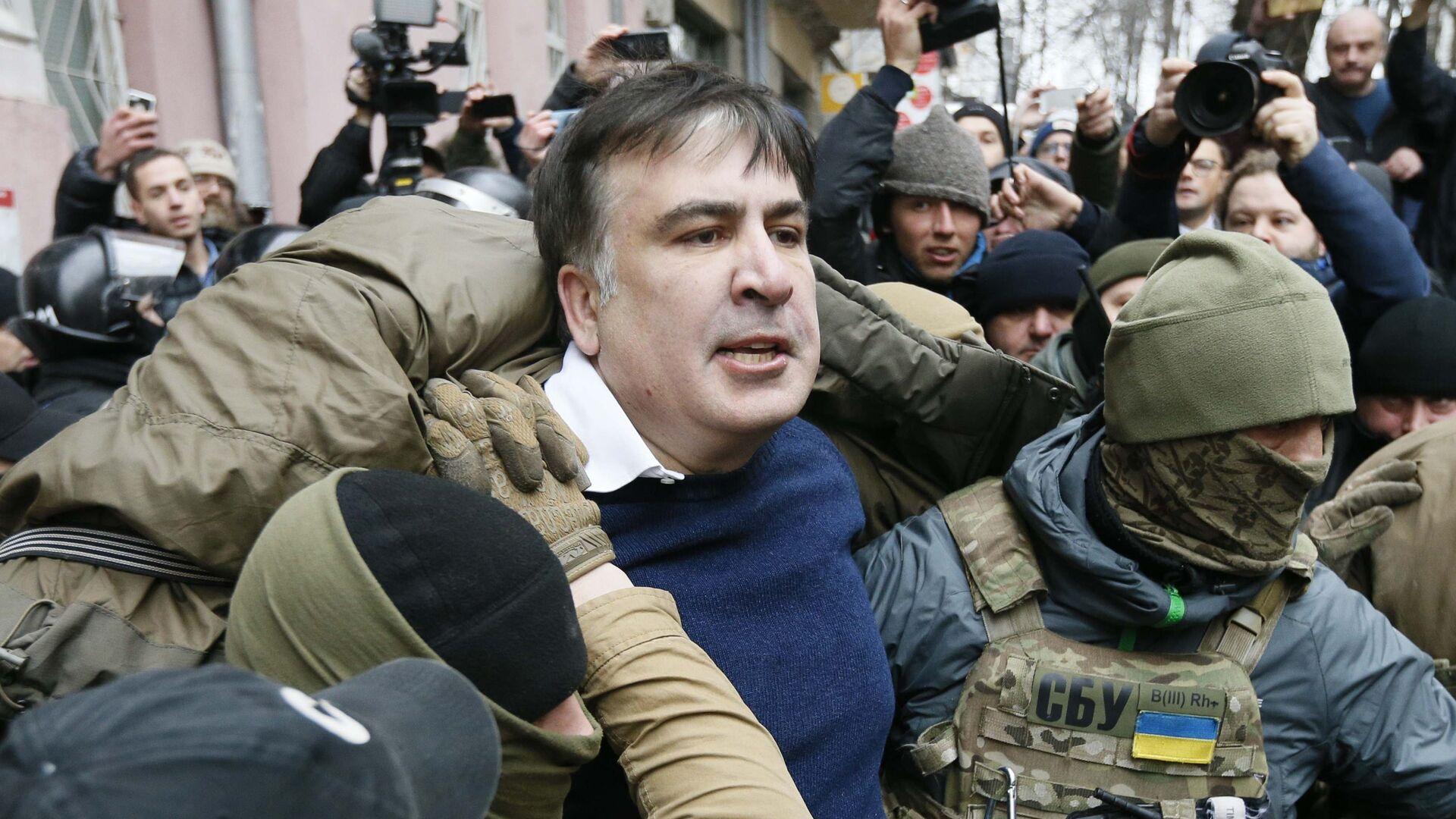 Сотрудники спецназа полиции задерживают Михаила Саакашвили в Киеве - Sputnik Грузия, 1920, 12.10.2021