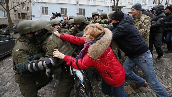 Сторонники Саакашвили в Киеве пытаются блокировать путь микроавтобусу, в котором политика удерживают полицейские - Sputnik Грузия