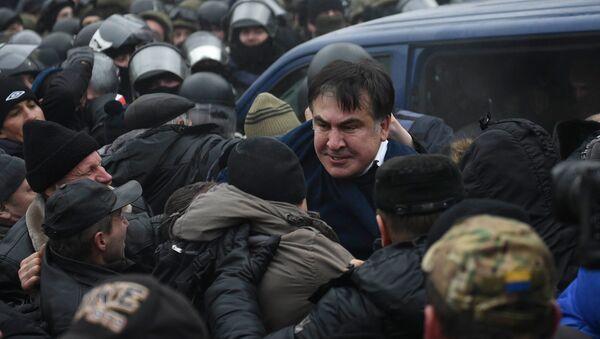 Сторонники Саакашвили освобождают его из микроавтобуса полиции - Sputnik Грузия