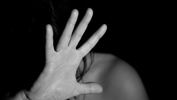 Женщина закрывает лицо рукой - Sputnik Грузия