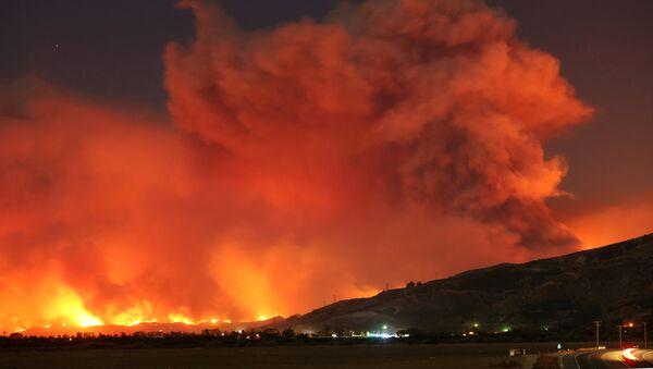 Столб дыма поднимается над горным склоном близ Санта Паулы в Калифорнии, во время крупного природного пожара - Sputnik Грузия