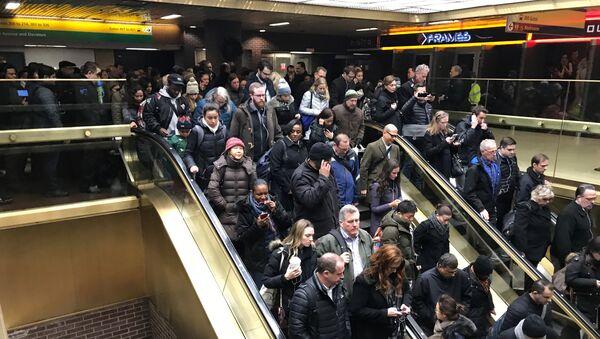 Люди выходят из автовокзала а в Нью-Йорке после сообщений о взрыве - Sputnik Грузия