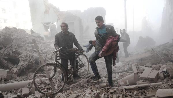 Сириец несет раненого ребенка в городе Дума, после того как населенный пункт подвергся бомбардировке с воздуха - Sputnik Грузия