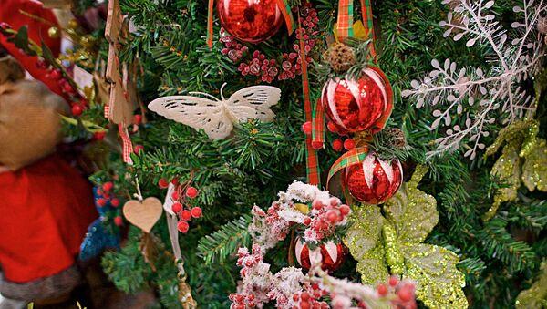 Новогодние украшения на новогодней елке - Sputnik Грузия