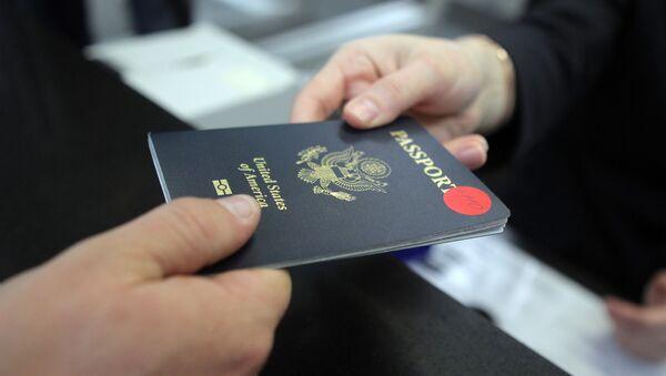 Пассажир предъявляет паспорт гражданина США - Sputnik Грузия
