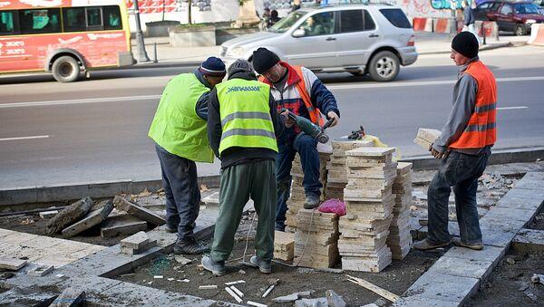 Рабочие ремонтируют тротуар в центре грузинской столице - Sputnik Грузия