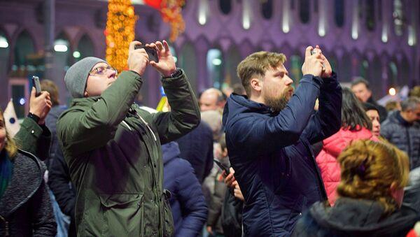 Туристы фотографируют главную новогоднюю елку Грузии - Sputnik Грузия