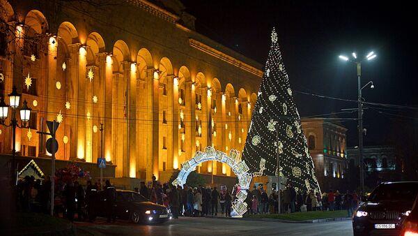 საახალწლო ნაძვის ხე პარლამენტის შენობის წინ თბილისში - Sputnik საქართველო