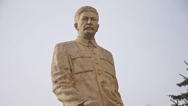Памятник Сталину у его дома-музея - Sputnik Грузия