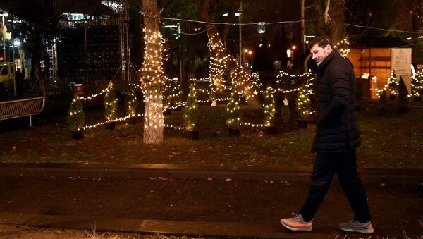 Мэр Каха Каладзе проверяет новогоднее освещение на улицах столицы - Sputnik Грузия