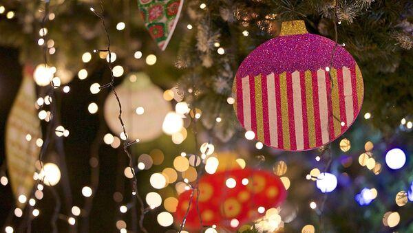 Новогодние игрушки на елке - Sputnik Грузия