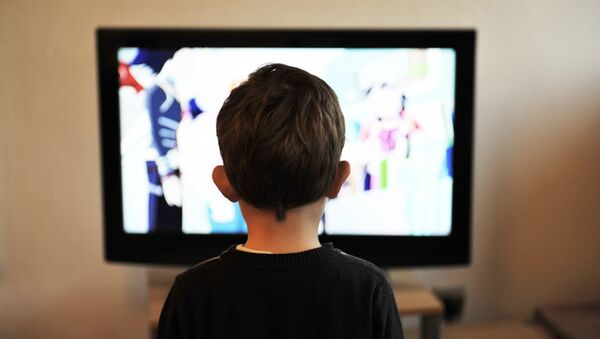 Мальчик смотрит на экран телевизора - Sputnik Грузия