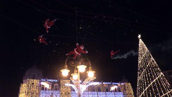 Санта-Клаусы - акробаты развлекали батумцев на Новый год - Sputnik Грузия