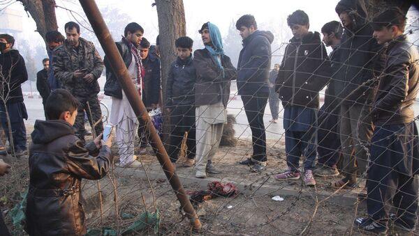 Люди на месте взрыв смертника в Кабуле - Sputnik Грузия