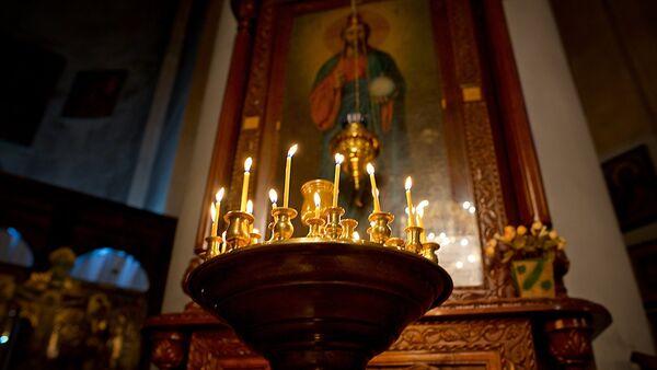 Горящие свечи у иконы  Христа Спасителя в Метехской церкви - Sputnik Грузия