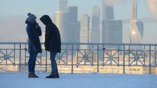 Молодые люди на смотровой площадке РАН в Москве - Sputnik Грузия