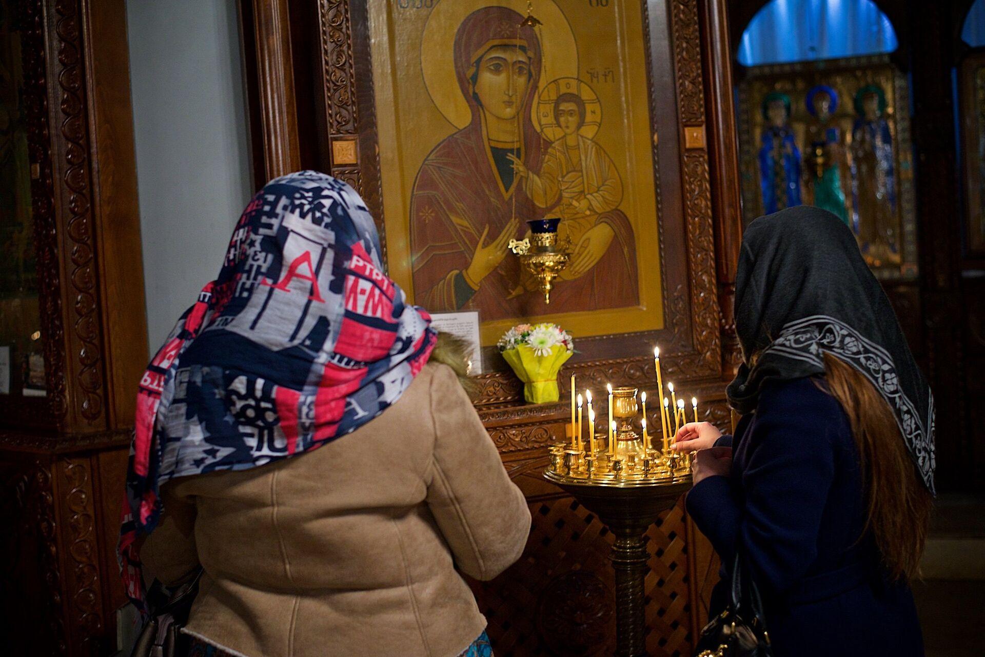 Верующие у иконы Пресвятой Богородицы в Метехской церкви - Sputnik Грузия, 1920, 06.10.2021