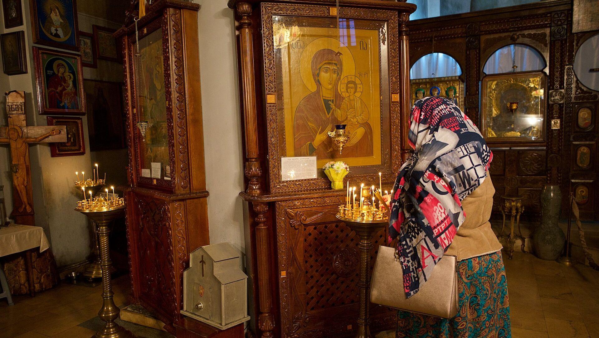 Верующие у иконы Пресвятой Богородицы в Метехской церкви - Sputnik Грузия, 1920, 15.07.2021