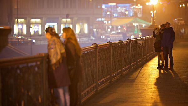 Тбилиси в тумане - туристы гуляют по Метехскому мосту - Sputnik Грузия