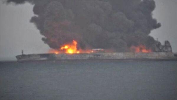Дым и огонь над судами после столкновения в Восточно-Китайском море. Зарегистрированный в Панаме танкер SANCHI с иранской нефтью загорелся после столкновения с китайским грузовым кораблем - Sputnik Грузия