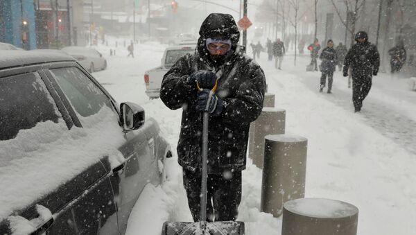 მამაკაცი საკუთარი მანქანის თოვლისგან გაწმენდას ცდილობს - Sputnik საქართველო