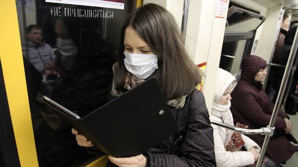 Девушка в защитной маске читает электронную книгу - Sputnik Грузия