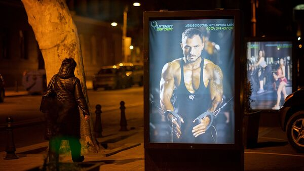 Реклама фитнесс зала на улицах грузинской столицы - Sputnik Грузия