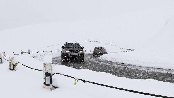 Очищенный от снега отрезок Военно-Грузинской дороги с проезжающими машинами - Sputnik Грузия