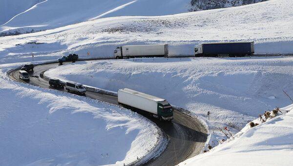Грузовые трейлеры едут зимой по заснеженной по Военно-Грузинской дороге - Sputnik Грузия