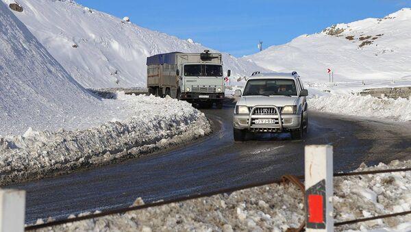 Грузовой трейлер и машина едут по Военно-Грузинской дороге - Sputnik Грузия